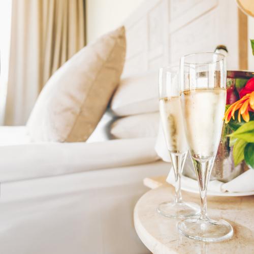 Une coupe de champagne dans une chambre de notre hôtel. Faites en la demande !